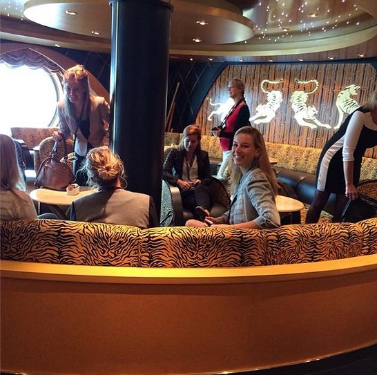 Koffie in de Tiger Bar van #msccruises met @kelgoodfoodlove @uitpaulineskeuken @brendakookt en een tijger - francescakookt