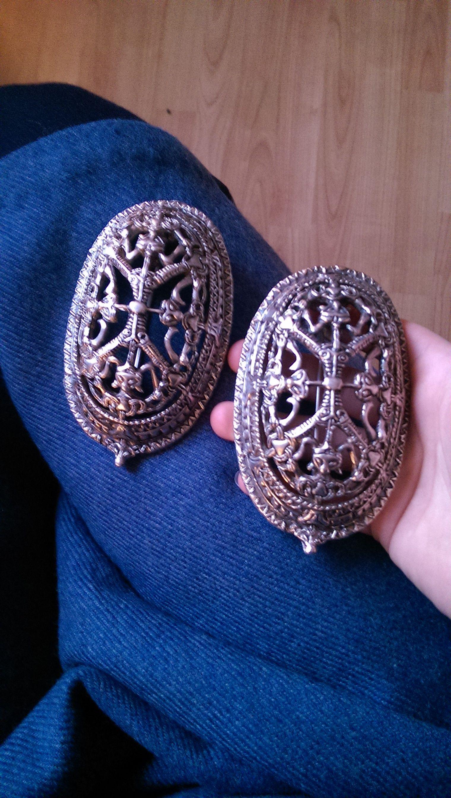 Link til selger av skilbaddnåler brukt på vikingklær  these are my new, lovely silver-plated tortoise brooches :-) they can be purchased at: http://szepczacekruki.pl/