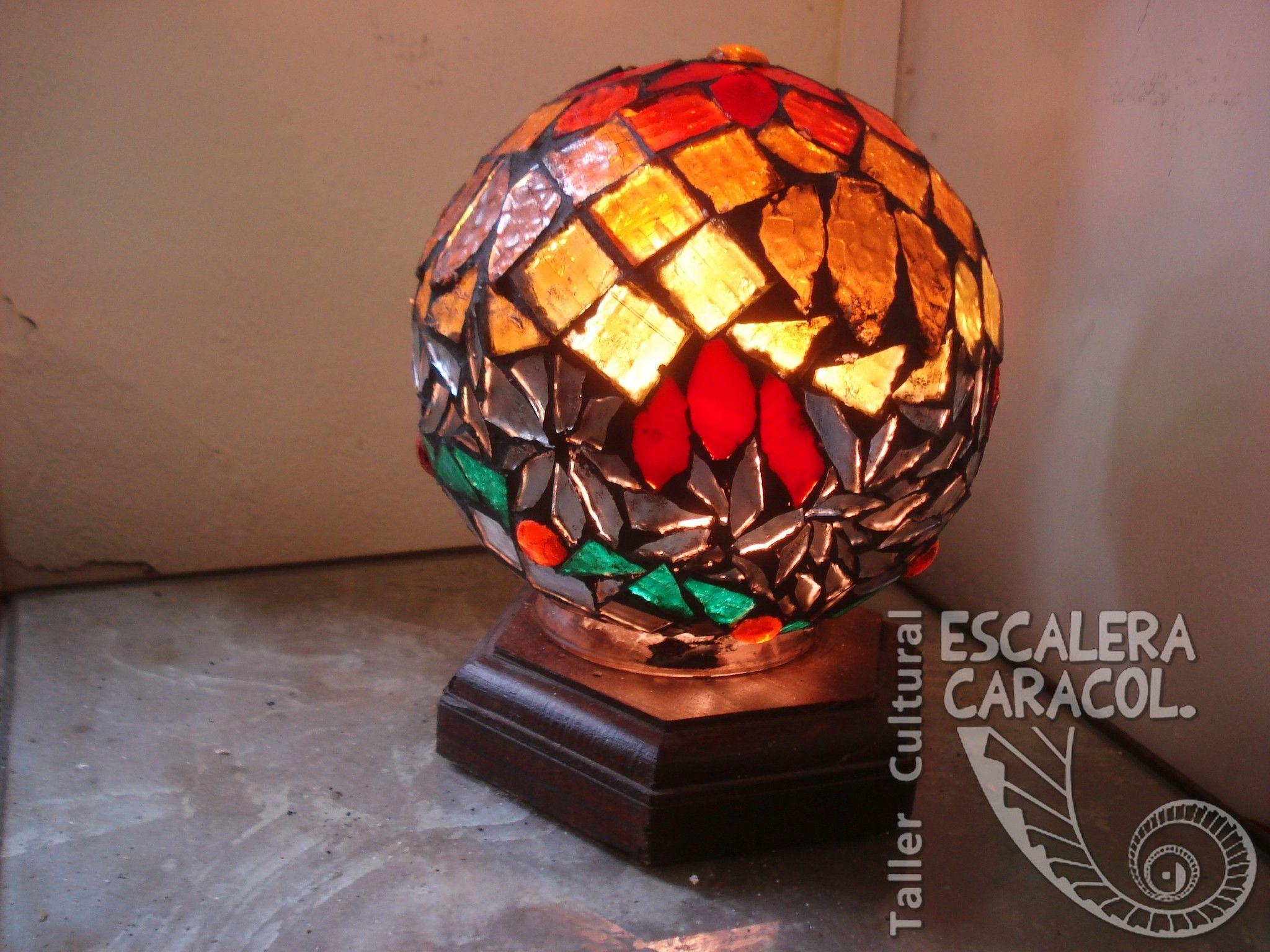 Lampara realizada por Lidia Abbiusohttp://tallerescaleracaracol.com/artes-del-fuego/mosaico/lamparas/