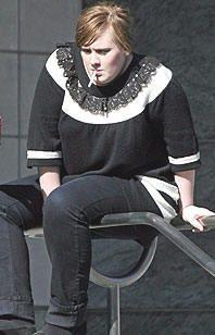 Adele raucht einer Zigarette (oder Cannabis)