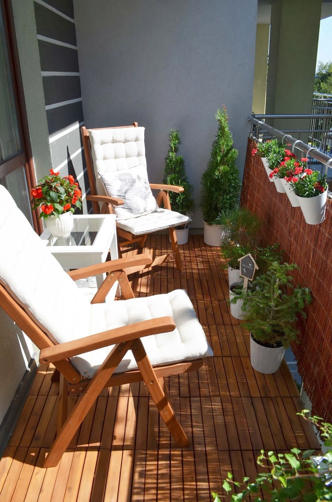 How To Spruce Up A Al Apartment Deck Add Portable Wooden Panels For Flooring And That Cute Squirrel Pillow Dekorator Amator Na Balkonie Po