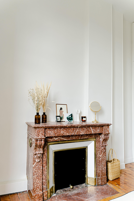 Cheminee En Marbre Rose Sur Un Mur Blanc Idee Deco Appartement Deco Appartement Decoration Maison