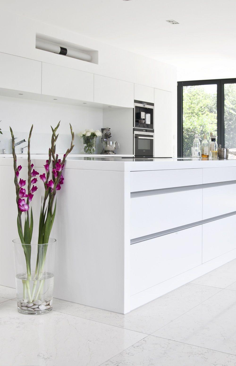 bodenlange fensterfronten s ulen aus beton und eine gro e offene k che mit k chenblock die. Black Bedroom Furniture Sets. Home Design Ideas