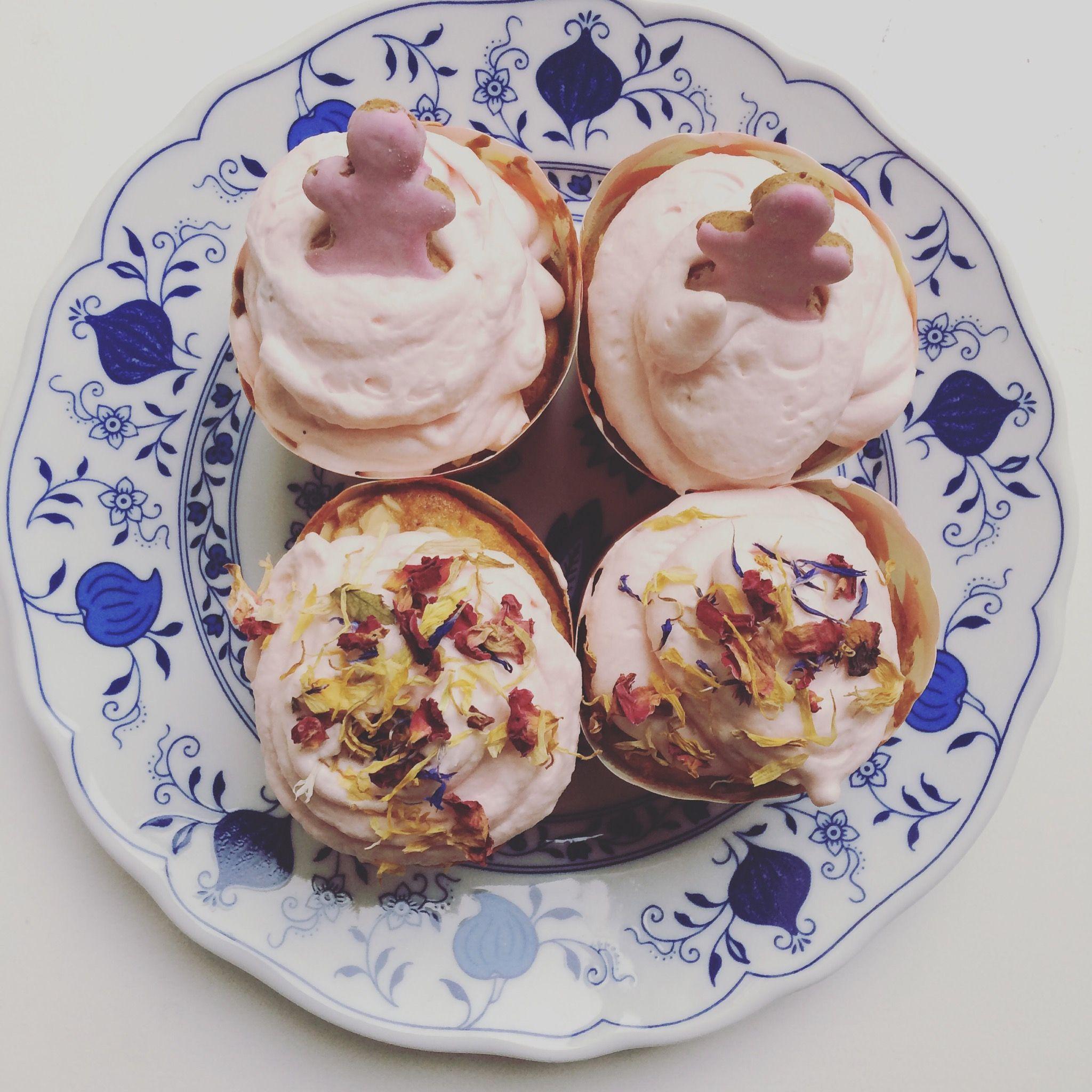 Apfel-Mandel-Cupcakes mit rosa Bluetensahne