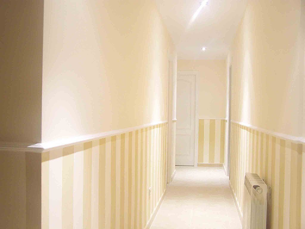 Arrimadero a rayas para decorar pasillo pasillo - Pintar paredes a rayas horizontales ...