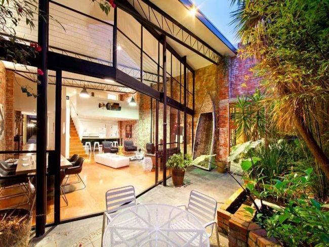 Haus Fassade Glas-Verkleidung Verglasung-Innenhof Sitzgruppe - einrichtung im industriellen wohnstil ideen loftartiges ambiente