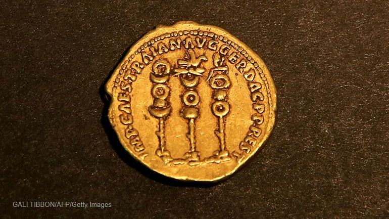 """Verso of a 24 karat gold coin that was minted in Rome in 107 CE and bears the portrait of the emperor """"Augustus Deified"""", minted by Emperor Trajan in Rome in 107 CE. GALI TIBBON / AFP."""