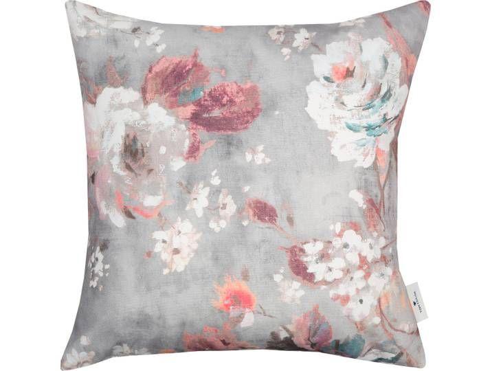 In einem romantischen Design zeigt sich der Kissenbezug Modern Roses aus der Tom Tailor Kollektion. Großflächige Blumen im malerischen Design schmüc