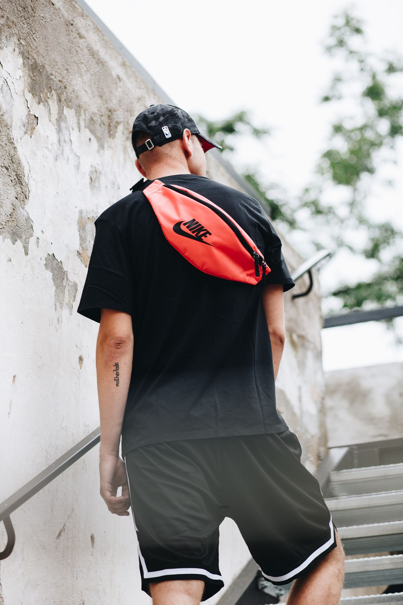 8d7e498a1950 The Nike Sportswear Heritage Hip Pack lets you easily access and carry your  gear. Check out our selection of hip bags   fanny packs online.