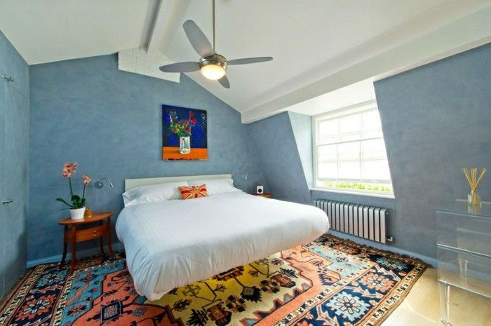 Schlafzimmer Dachschräge Blaue Wände Und Farbiger Teppich
