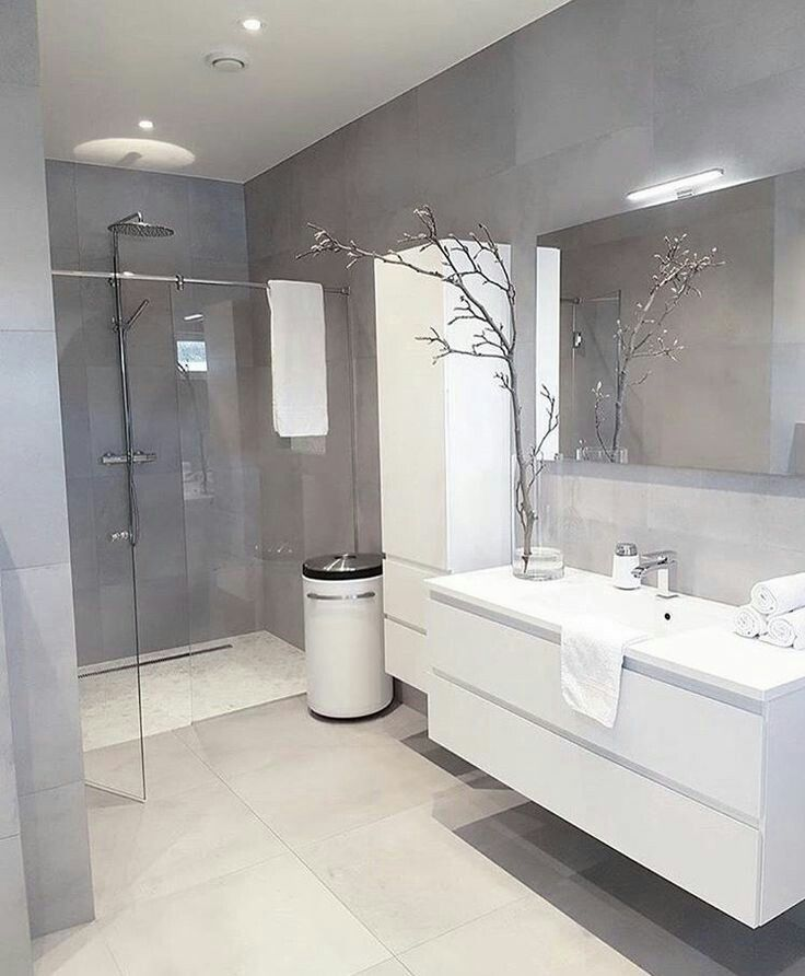 Badkamer met lichte, witte vloertegels en donkerdere, lichtgrijze ...