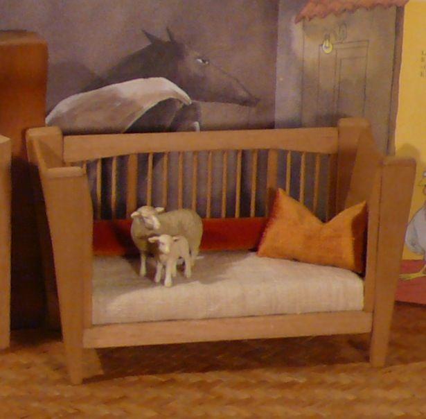 Un lettino culla per infanzia realizzato interamente in legno massello ecologico con finiture vegetali e trasformabile in un divanetto per bambini