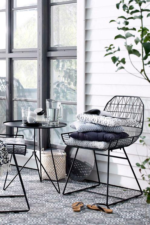 Tyyliä ja kevyttä ilmettä terassille ja parvekkeelle. Metalliset Bargo tuolit ja pöytä ovat kaunis lisä mihin tahansa tilaan. http://bit.ly/1WBeUwe