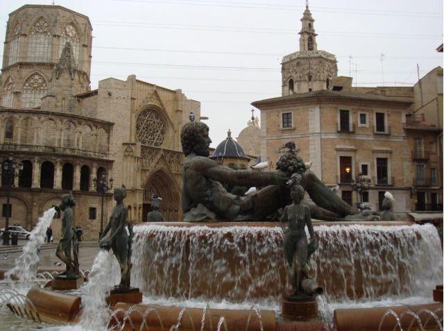 Turia Fountain Plaza De La Virgin Valencia Bezienswaardigheden Valencia Hotels