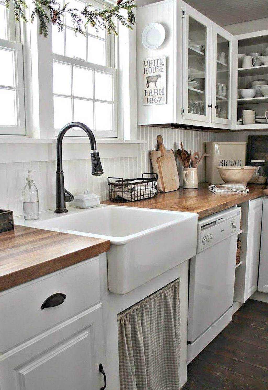 Stunning 40 Beautiful Farmhouse Kitchen Makeover Ideas on A Budget https://decorapartment.com/40-beautiful-farmhouse-kitchen-makeover-ideas-budget/
