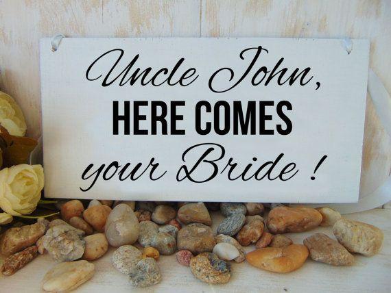Oncle ici vient votre signe de la mariée. Conseil mariage bois, personnalisé. Voici le signe de la mariée. L'anneau signe au porteur ou de fille de fleur.