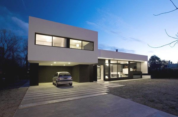 Black White Contemporary Family House With Impressive Swimming Pool Freshome Com Modern Driveway Architecture Modern Architecture House