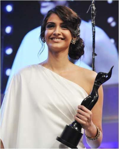 Best Sonam Kapoor Bun Hairstyles For Indian Wedding And Festive Season Indian Wedding Hairstyles Indian Hairstyles Hair Styles