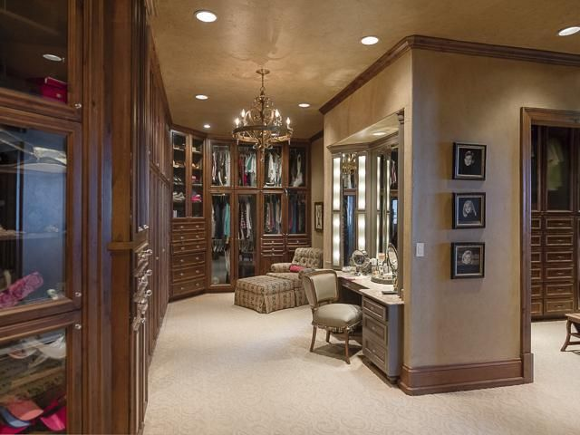 Huge Closet With Sitting Area   Wgrealestate.com