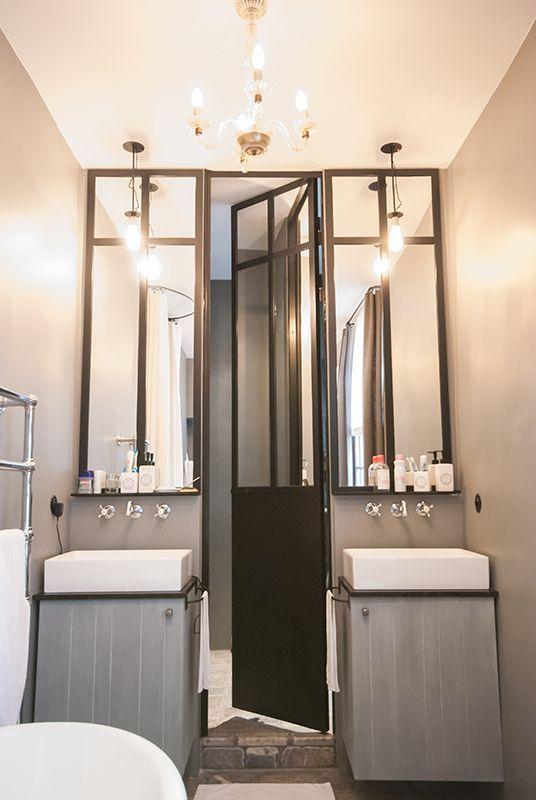 Salle de bains avec une verri re d 39 atelier salle de bain porte de douche salle de bains - Verriere salle de bain ...