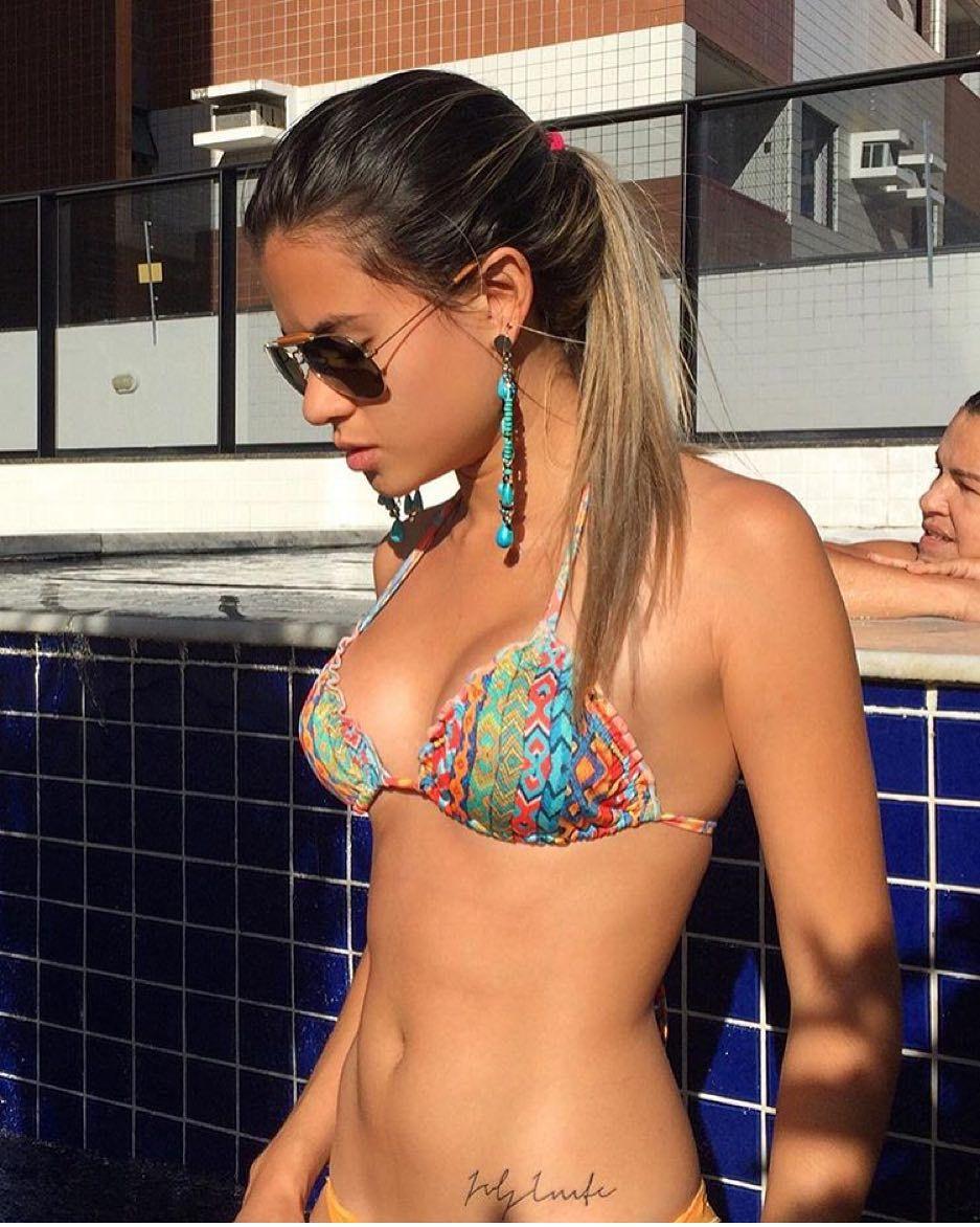 Shape incrível da gata @larahcurcino curtindo um lindo dia de sol na piscina aproveitando para deixar seu corpão bem bronzeado! #maceio #sol #bronze #verao by mcz_fitness