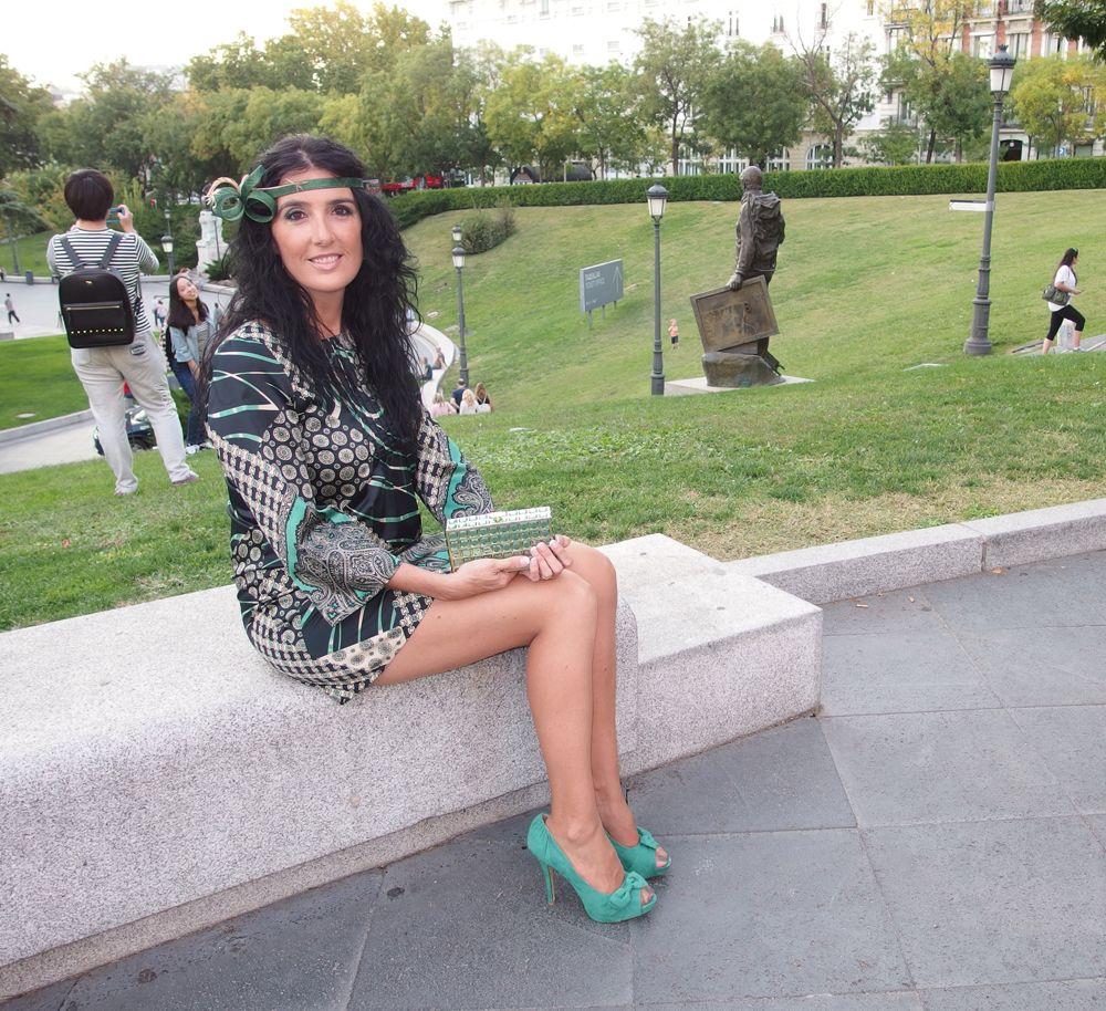 El turbante fue fabricado especialmente para combinar con el vestido y los zapatos.