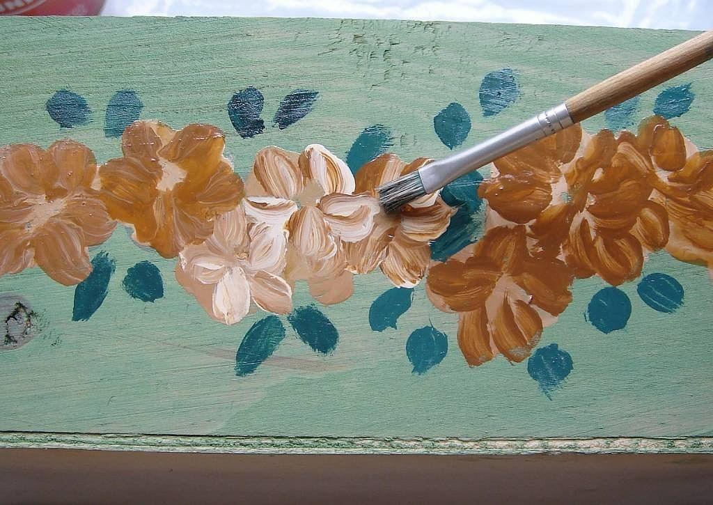 Muy f cil pintar flores sobre madera diy y manualidades - Pinturas para pintar madera ...