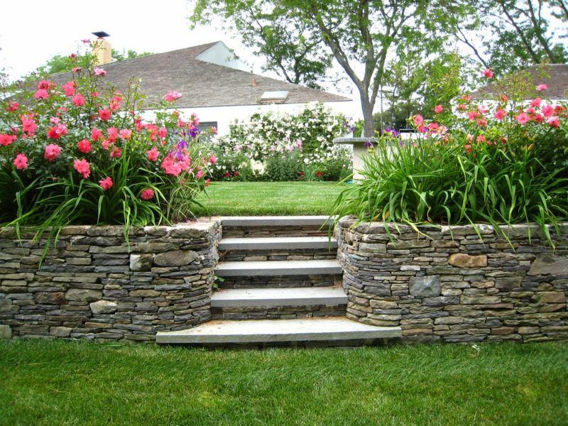 gartenmauer bauen hang gestaltung stein blumen beet treppe | Garten ...