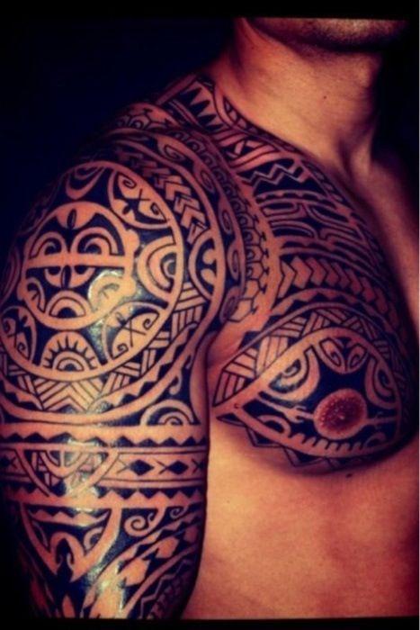 Belle r alisation de tatouage mod le maori sur bras paule et poitrine homme tatouage maorie - Tatouage epaule homme polynesien ...