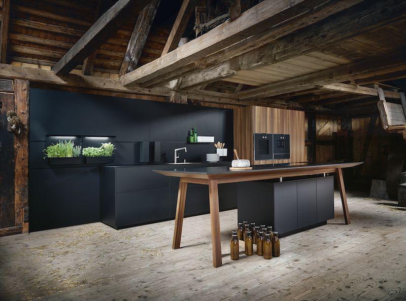 Next125 zwarte keuken met feniks fronten en werkblad. kooktafel met