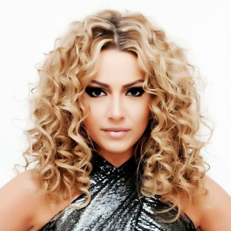 Locken Blond Idee Damen Frisuren Fruehling Sommer Lockige Frisuren Dauerwelle Dauerwelle Mittellang