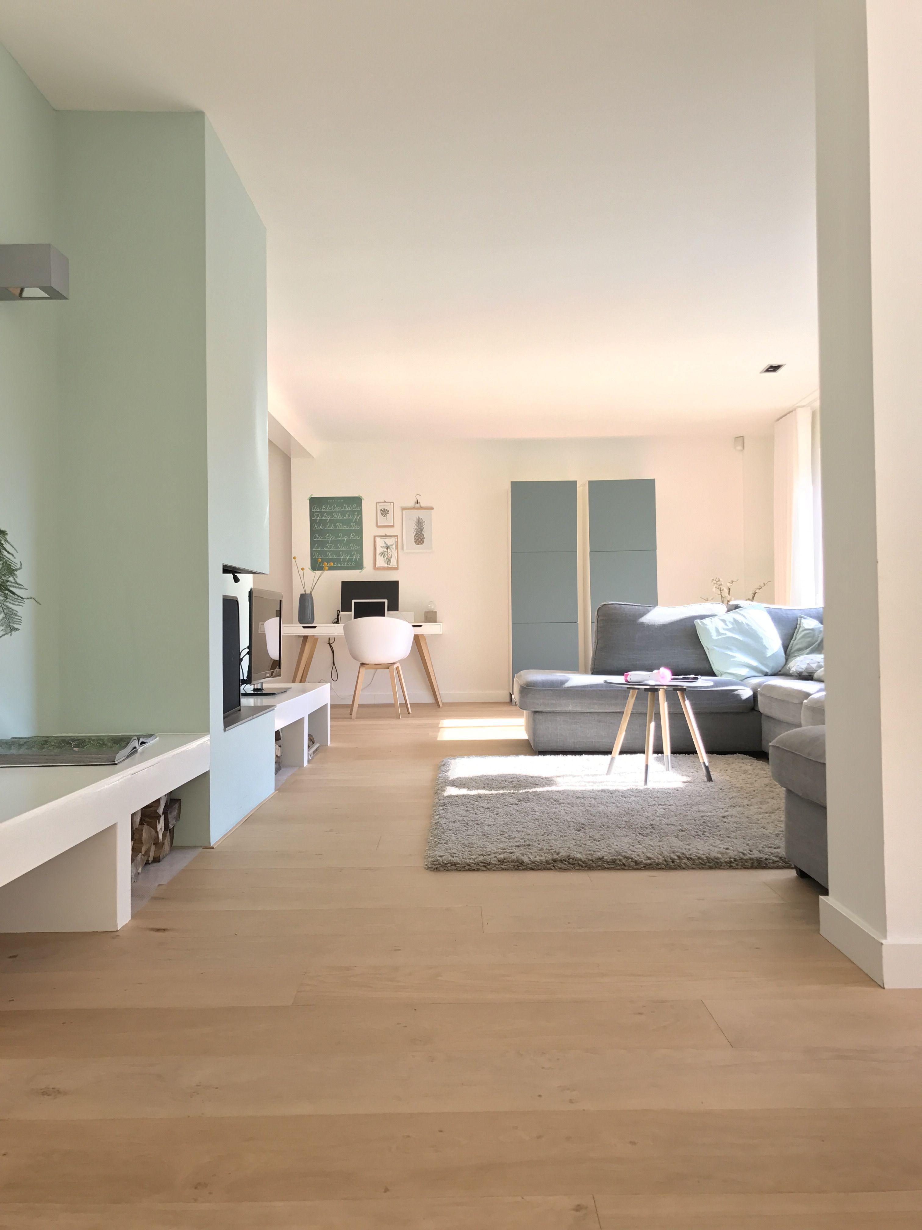 Moderne woonkamer met een mooie licht eiken parketvloer