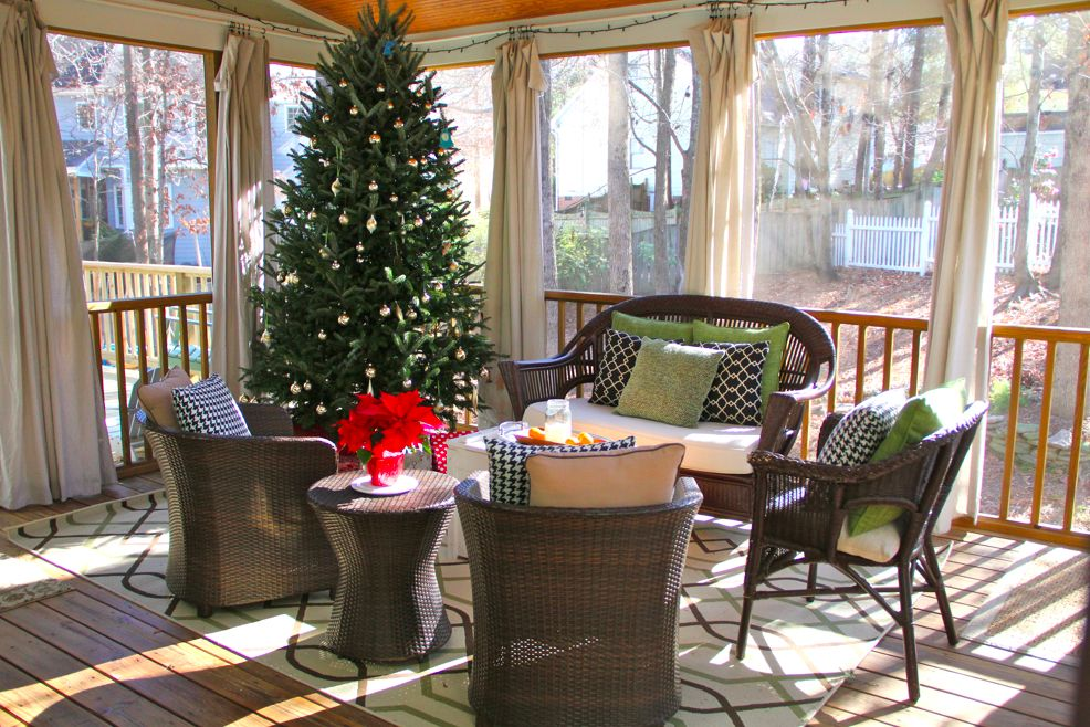 Loving this screened in porch, all decorated, simple but cute!