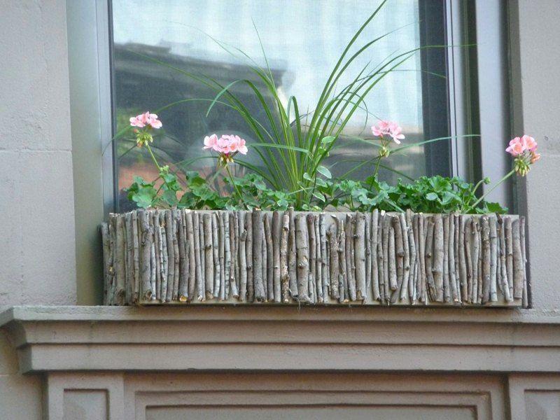 Einen Fenster Blumenkasten können Sie mit Stöcken selber gestalten ...