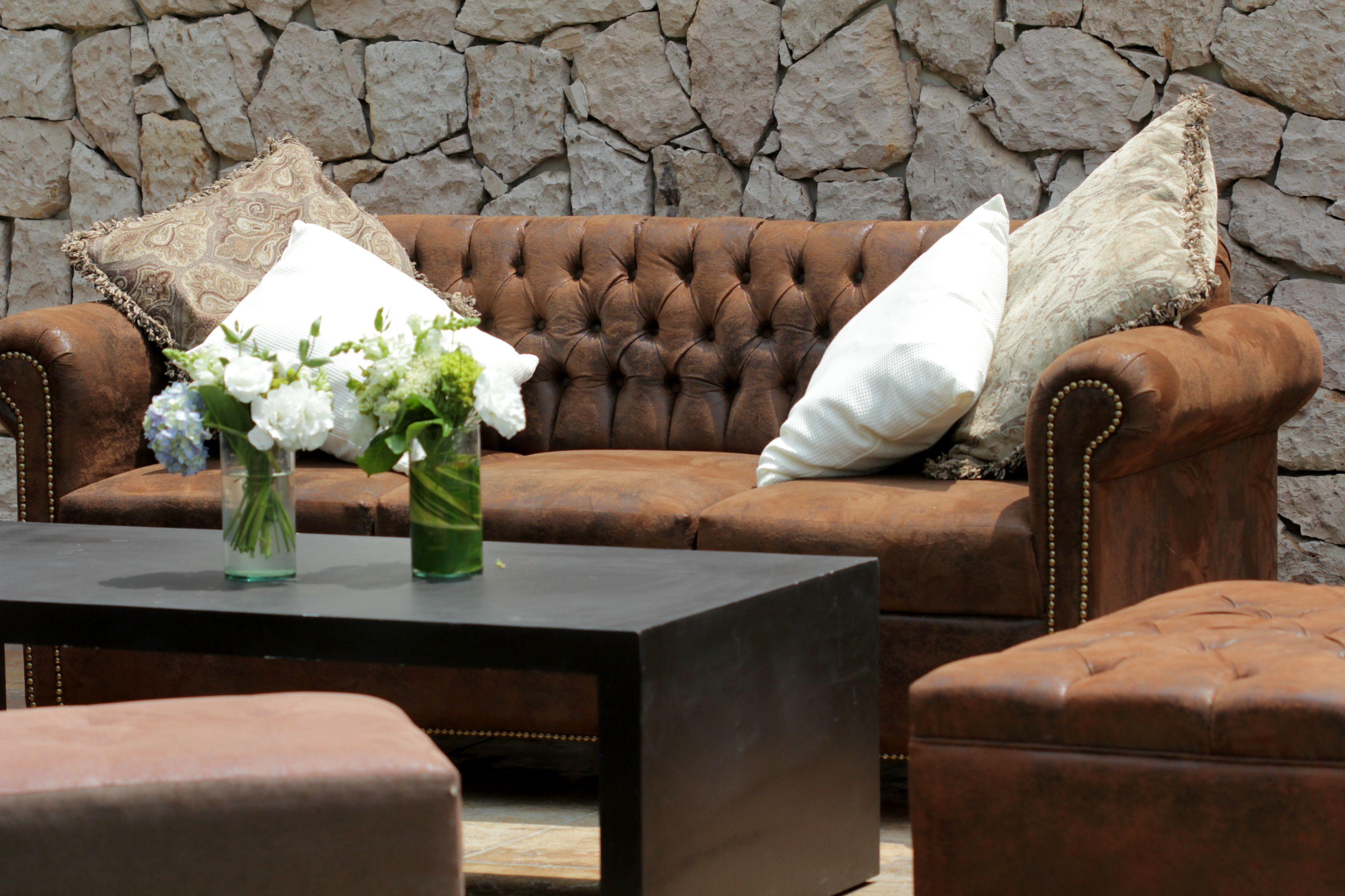 sillón y taburete vintage color café, mesa en madera color negra ...