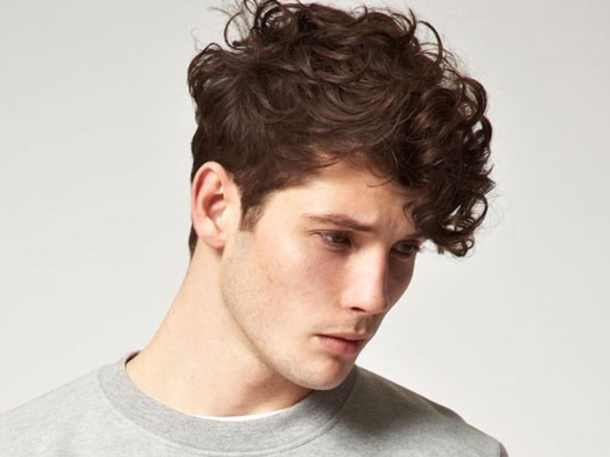 cortes de pelo y peinados para hombres con cabello ondulado o rizado primavera verano