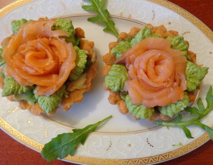 Przepis na wytrawne tartaletki z łososiem i avocado. Salmon Rosettes with avocado. #mistrzowiewypiekow #wytrawnie #przekaska #losos #avocado #tartaletki #rucola #salmon #homemade #roses #rosettes #fish #recipe #inspiration #food #party #przepis #inspiracja #pomysl
