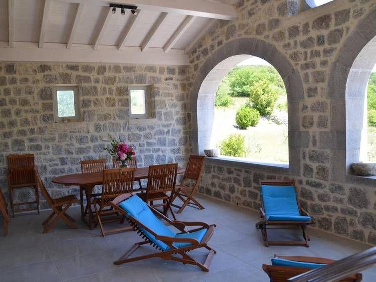 Terrasse couverte Gîte de lu0027Oliveraie à SAINT-MAURICE-Du0027IBIE - location villa piscine couverte chauffee