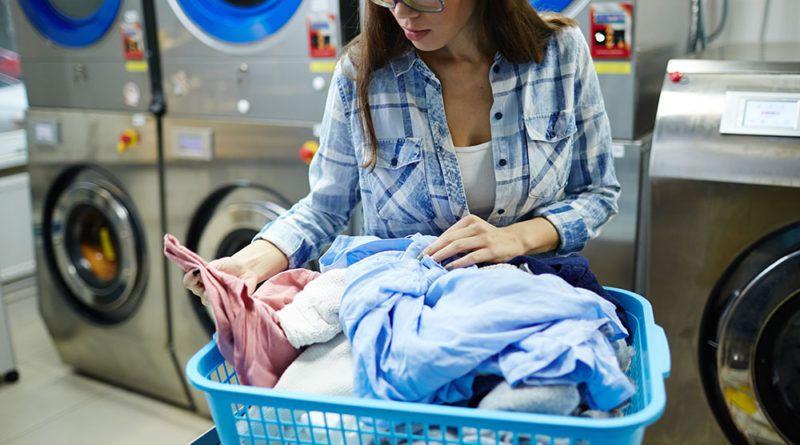 طرق تنظيف الملابس من البقع اكتشفي أفضل طريقة غسل المخدات القطنية وكيفية إزالة بقع الزيت من الملابس الساتان وصبغ البنطلو In 2021 Clothes Cleaning Clothes Denim Jacket