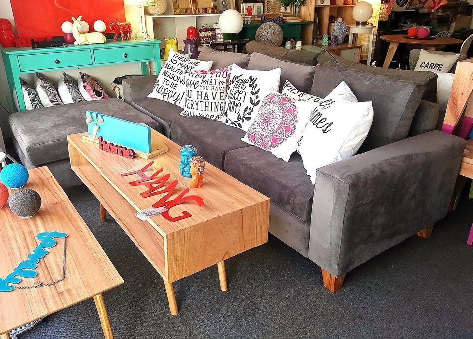 Sofá cubo 230x90 + Puff 80x80 tapizado en Panne gris, con asiento de placa soft y patas de madera.