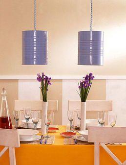 S i te gustan las ideas originales y poner un toque personal y desenfadado en la decoración de tu casa, te proponemos estas divertidas lámparas de techo hechas con latas de conserva.