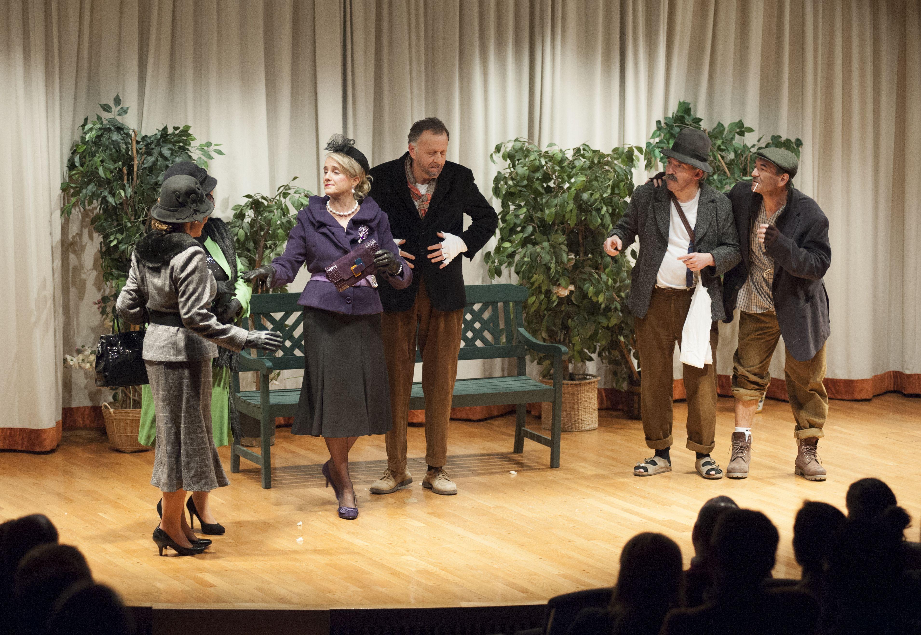 """Escena 1 """"Ni pobre ni rico sino todo lo contrario"""" Primera representación Compañía Teatro Montearagón - Marzo 2014. Obra de Miguel Miura"""