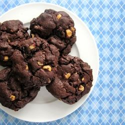If you're a fan of very chocolatey cookies with slightly gooey centers, you'll love these chocolate, cherry & hazelnut cookies!