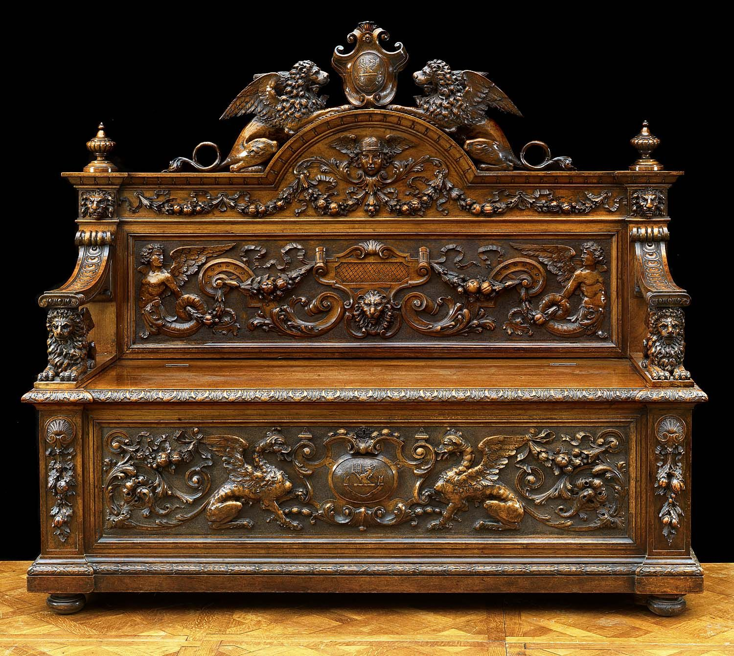 Antique Italian Casapanca Hall seat carved walnut in renaissance style. - Antique Italian Casapanca Hall Seat Carved Walnut In Renaissance
