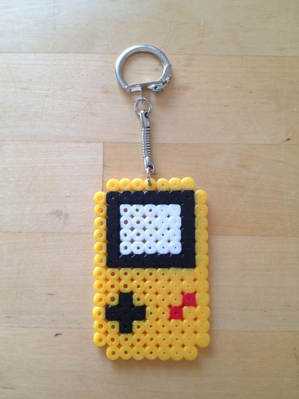 Porte cl s perle hama game boy color jaune porte cl s par celine happytime hama pinterest - Porte cle perle ...