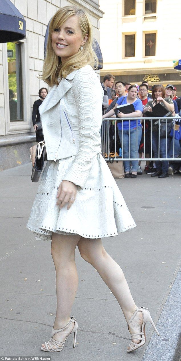 Melissa George Displays Alabaster Legs With Traces Of Fake -8168