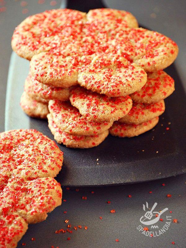 I Biscotti al ginger sono delizie da forno decorate da cristalli di zucchero colorato. Buonissimi per i grandi e apprezzatissimi dai bambini!