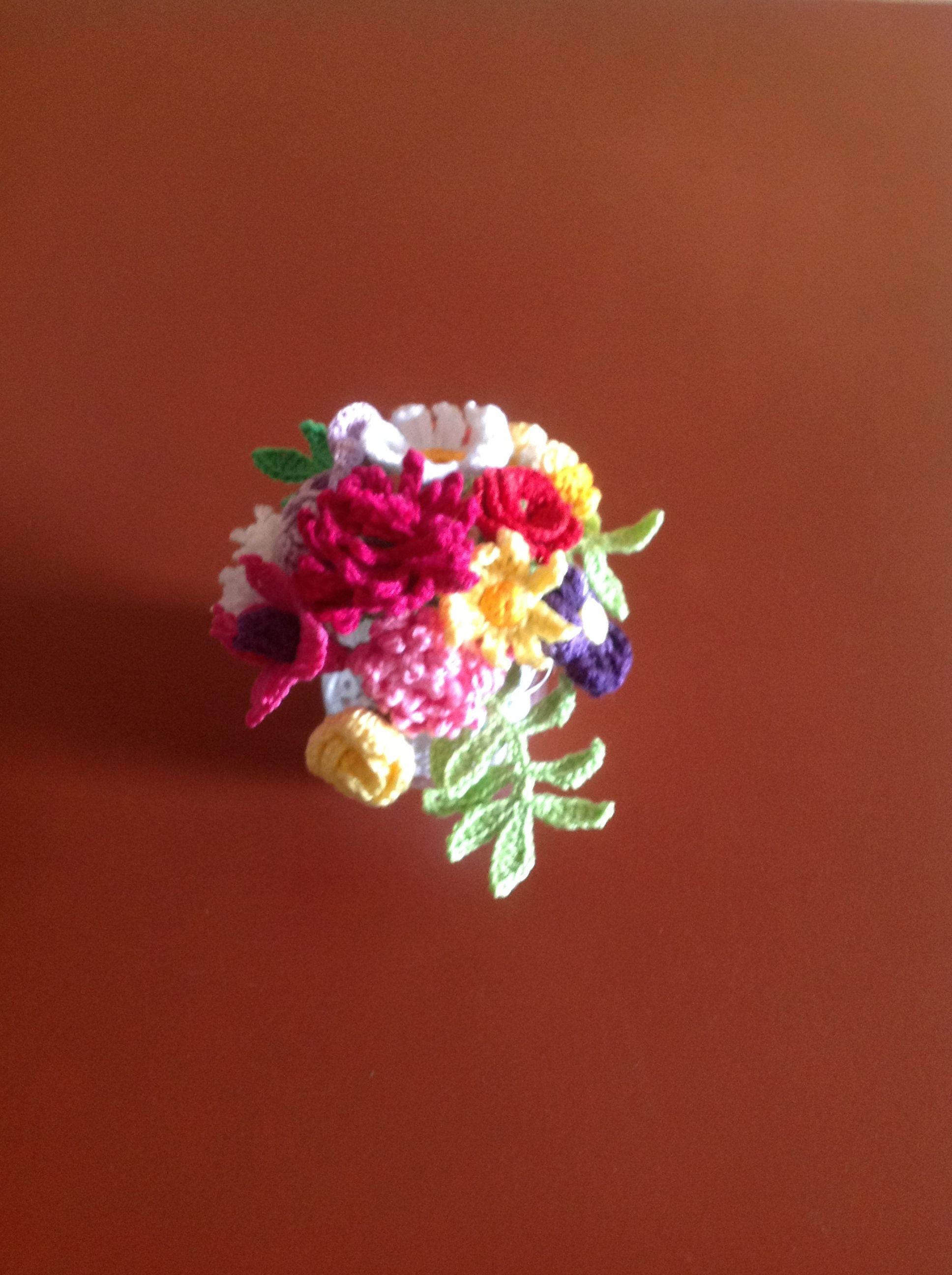 vasinho com flores em crochê