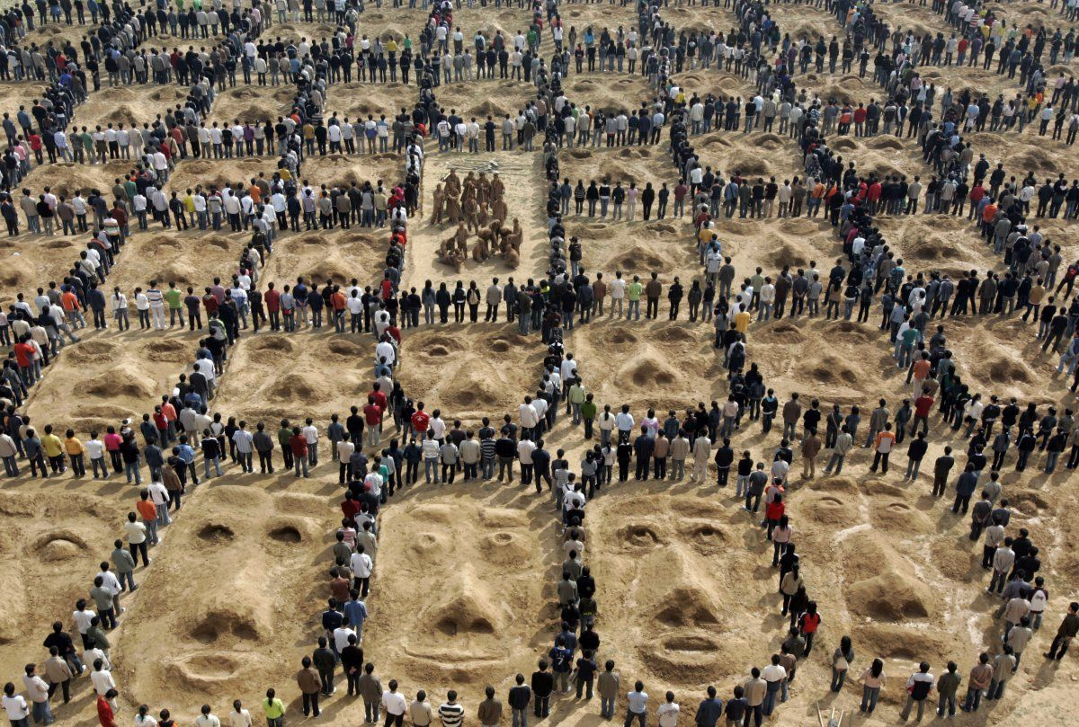 25 oddly beautiful photos of massive crowds of people