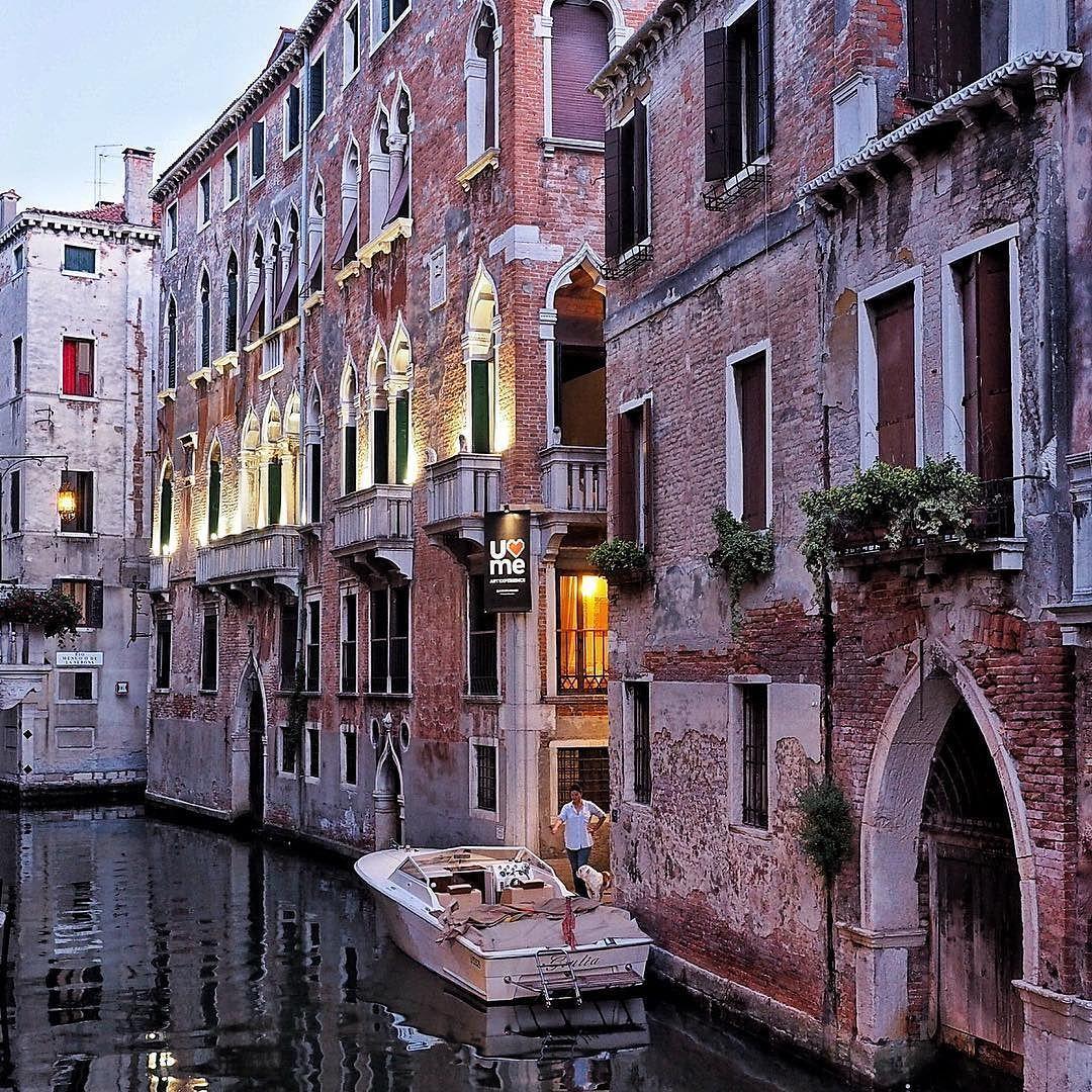 ...wennn die Lichter in Venedig angehen II... #venedig #venice #venezia #biennale #architecture www.porip.de